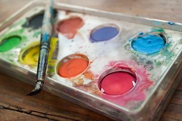 palette de peinture à l'eau et pinceau