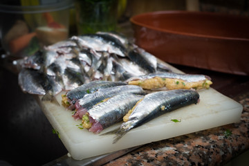 Preparazione delle sardine ripiene