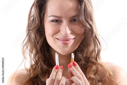 Junge Frau mit durchgebrochener Zigarette - 81068525