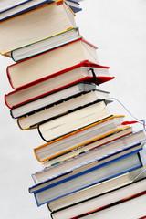 Bücherstapel, Bücher Turm,  diagonal close Up rechts