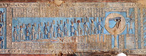 In de dag Egypte Hieroglyphic carvings in ancient egyptian temple