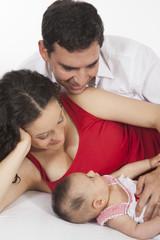 Papá y mamá con bebé de cuatro meses