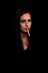 Jolie jeune femme fumant cigarette