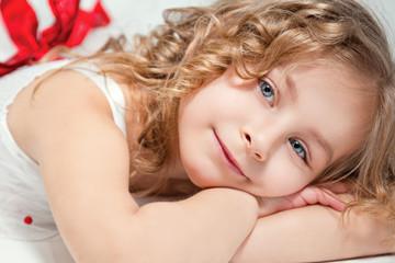 Портрет красивой маленькой улыбающейся девочки.