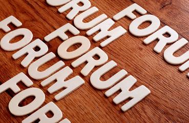 la parola forum sulla tavola di legno