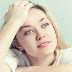 Портрет красивой молодой женщины. Она думает о приятном.