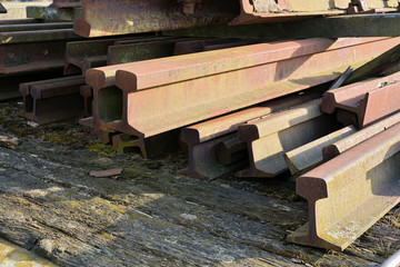 alte rostige Eisenbahnschienen