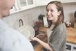 Junge Frau beim Abwasch in der Küche