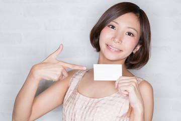 カード 指差し 若い女性