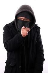 Vermummter zeigt bedrohlich mit Zeigefinger