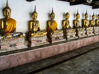 Buddha Statuen in einer Reihe