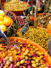 Auswahl an Oliven auf einem Markt
