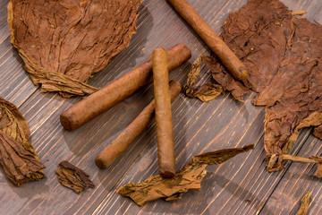 Zigarren und Tabakblätter