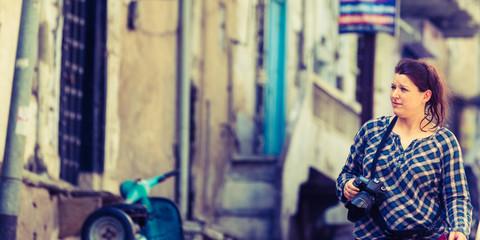 touristin auf indiens straßen