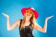Blonde Frau mit Sonnenbrille und Strohhut