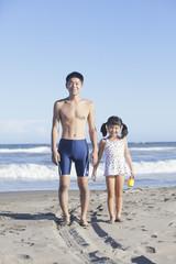 海水浴する親子