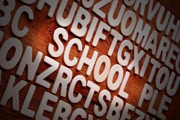 la parola school sulla tavola di legno