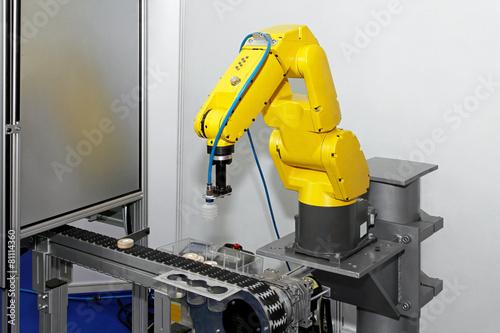 Robot at line - 81114360