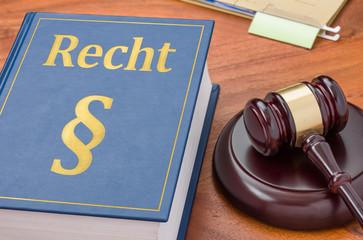 Gesetzbuch mit Richterhammer - Recht