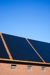 Großflächige Photovoltaikanlage auf einem Bauernhof