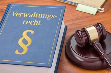 Gesetzbuch mit Richterhammer - Verwaltungsrecht