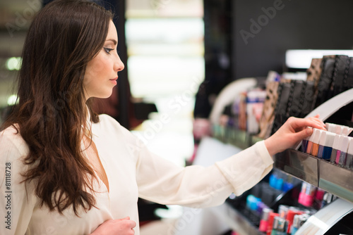 Woman shopping in a beauty shop - 81118728