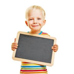 Niedlicher Junge hält leere Tafel