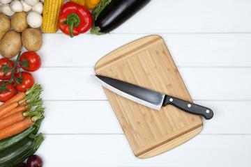 Gesund vegetarisch kochen Brett mit Gemüse und Messer