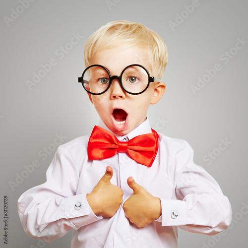 Leinwanddruck Bild Kind mit Brille hält Daumen hoch