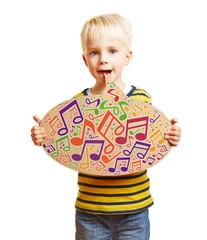 Kind singt mit Noten in einer Sprechblase