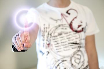 ragazzo clicca con un dito su schermo touch