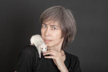 woman with pet rat