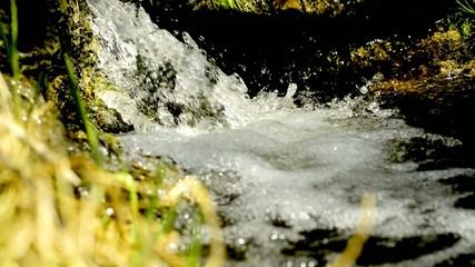 Kleiner Wasserfall mit Ton