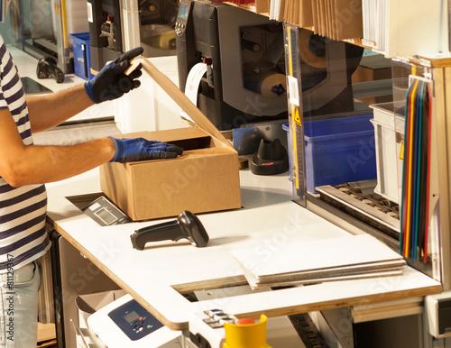 Leinwanddruck Bild Versandhandel - Kommissionierer am Packtisch