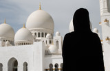 Femme voilée devant la mosquée Sheikh Zayed d'Abu Dhabi