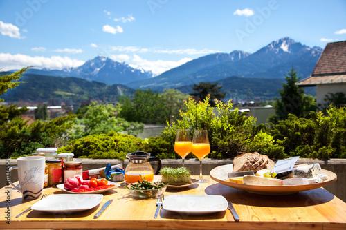 Leinwanddruck Bild Frühstück in den Alpen