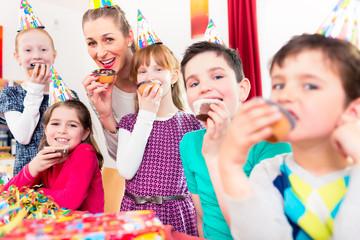 Kinder bei Kaffee und Kuchen am Geburtstag