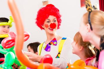 Clown auf Party mit Kindern zum Geburtstag