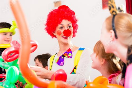 Clown auf Party mit Kindern zum Geburtstag - 81138143