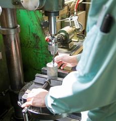 町工場で働く人