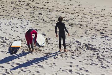 Surfistas precalentando