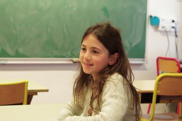 éducation - fillette en classe