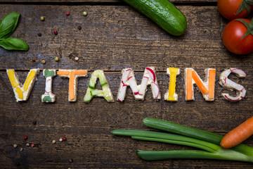 Wort Vitamins aus verschieden belegten Broten frischem Gemüse a