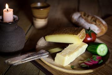 Vesper mit Käse, Gurken und Tomaten auf altem Holztisch mit Ker