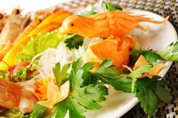 Piatto di verdure e gamberi, closeup
