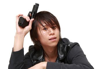 拳銃を持った男性