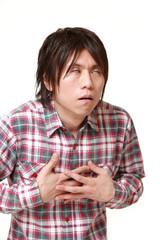 心臓発作を起こす男性