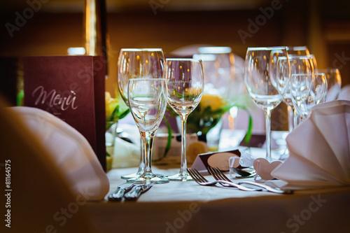 tisch im restaurant - 81164575
