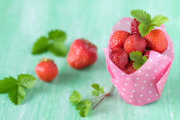 Frische Erdbeeren in rosa Muffinförmchen