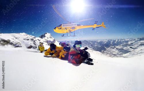 Fotobehang Wintersporten Actionsportler werden von einem heli abgesetzt